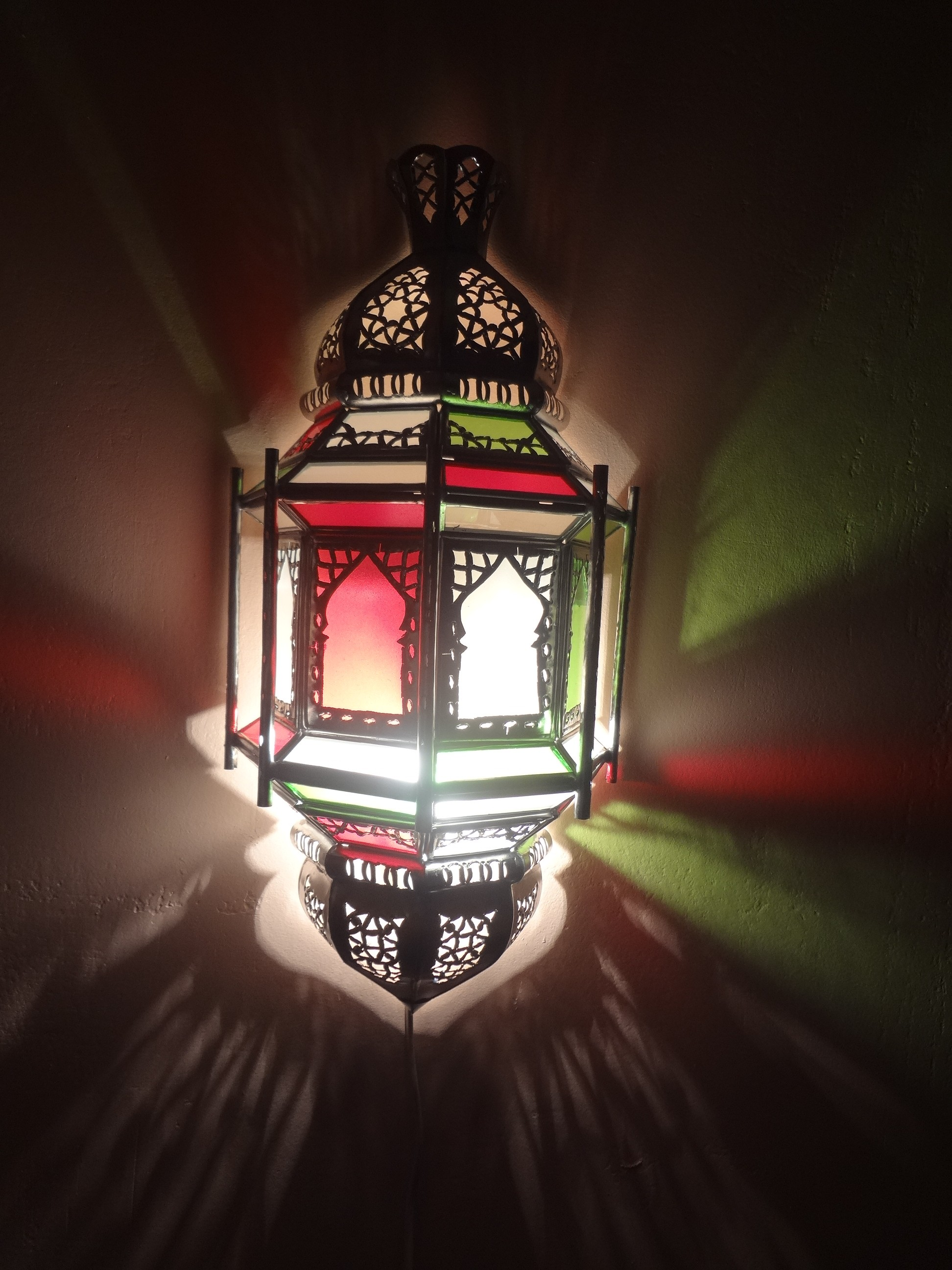 Wandlampe mit buntem Glas