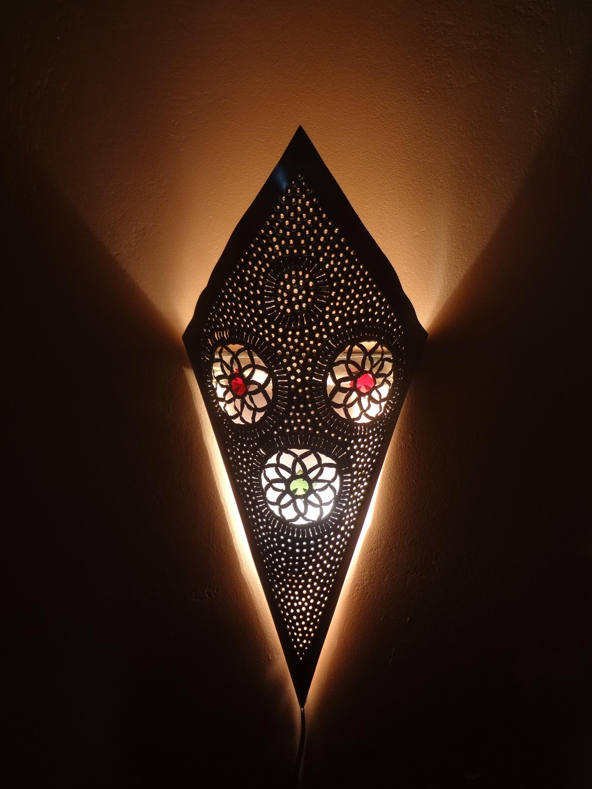 Wandleuchte, Kupferfarben mit bunten Glaseinsätzen